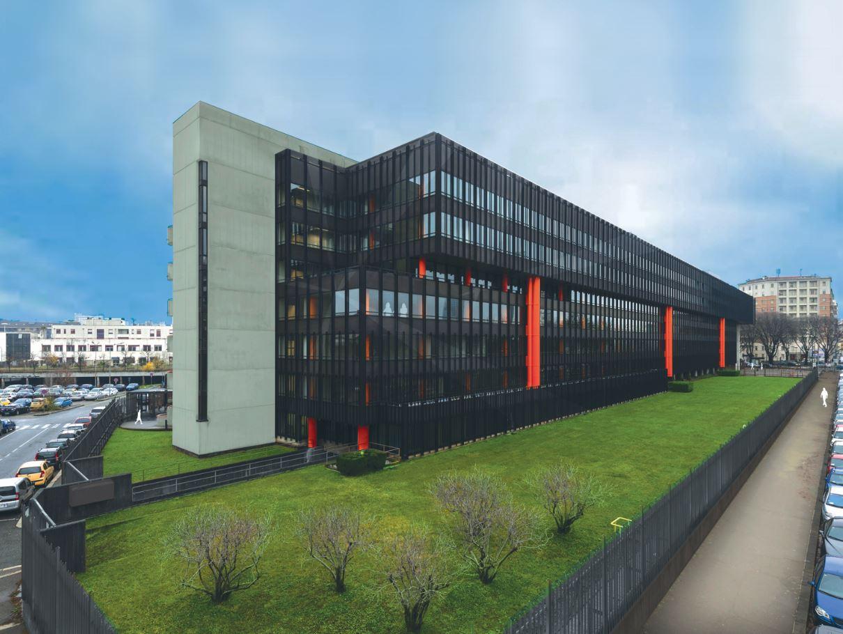 Facciate vetro e metallo per il nuovo edificio di beni for Piani di costruzione di edifici residenziali in metallo